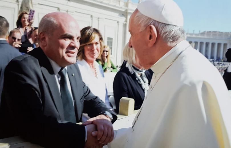 قداسة البابا فرنسيس يبارك افرام