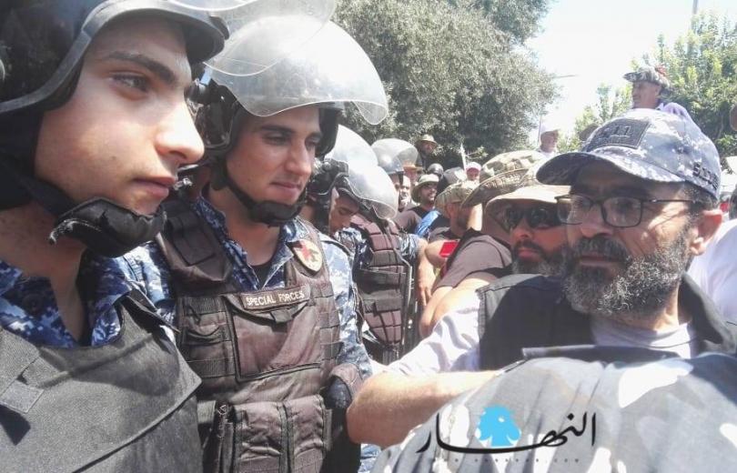الوالد المتقاعد في وجه ابنه العنصر في قوى الأمن