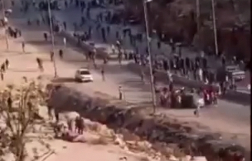 مئات السوريين عالقين عند الحدود السورية
