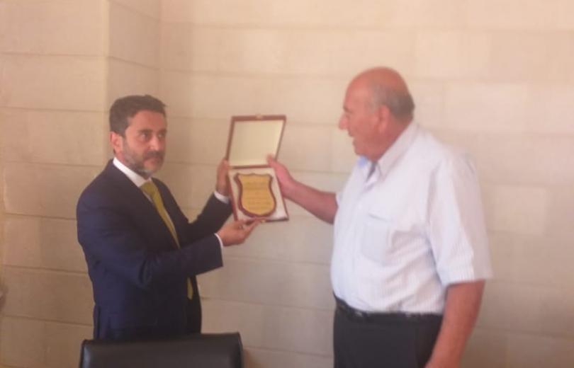 رئيس بلدية دير الغزال يكرم الدكتور يوسف ساسين