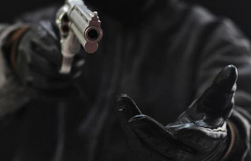 دخلوا إلى منزل مواطن وسلبوه أمواله بقوّة السلاح!