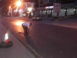 مواطن يرمم حفرة على الطريق الدولية في تعنايل