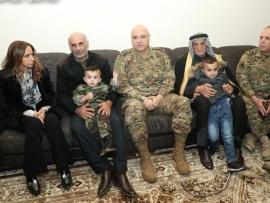 وزيرة الدفاع وقائد الجيش يعزيان  عائلات الشهداء