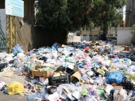 بالصور النفايات تجتاح بيروت وتقطع طريقا