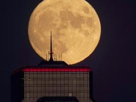 مشروع مصانع أميركية على القمر!
