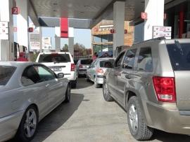 بالصور طوابير ذل البقاعيين تتمدد أمام محطات الوقود