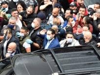 بالصور الحريري يؤدي الصلاة في جامع الامام علي في الطريق الجديدة وآلاف